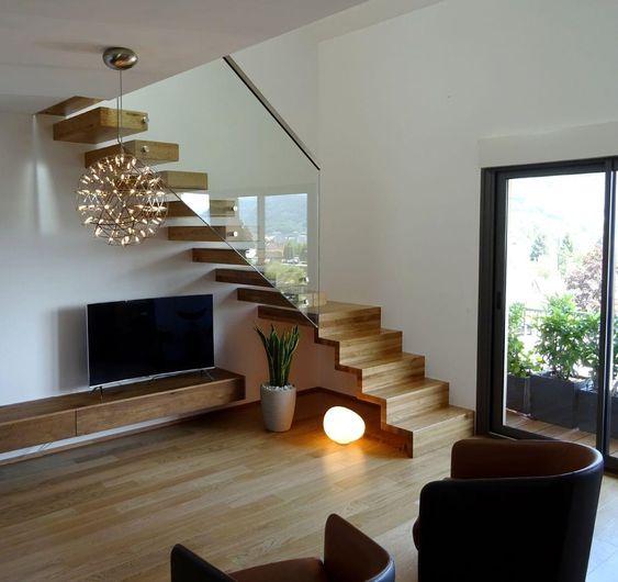 kệ tivi treo dưới cầu thang