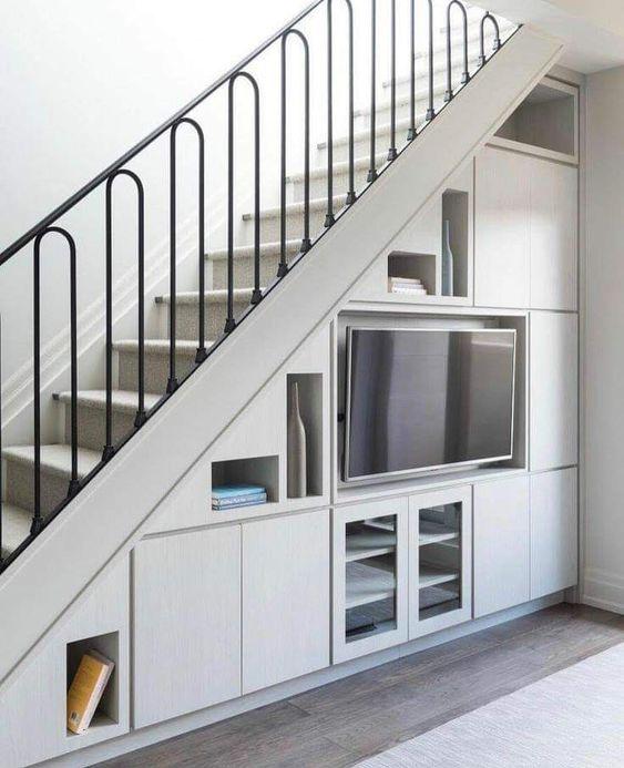 kệ tivi gầm thang phong cách nhẹ nhàng sang trọng