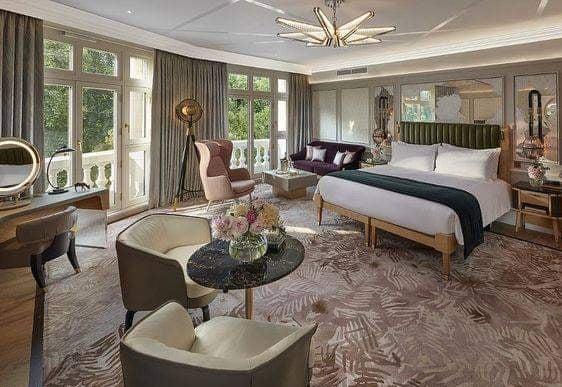 Phòng ngủ khách sạn có ban công